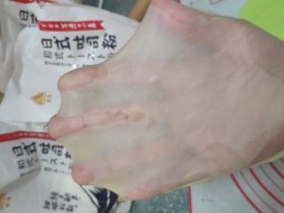 一次发酵手撕吐司面包,先低档揉至黄油完全融合,再高档揉至面团至完全阶段,此时可以抻出结实又透明的薄膜