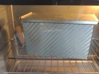 一次发酵手撕吐司面包,烤箱提前预热,一定预热10分钟以上哦, 然后180度45分钟左右(学厨的吐司盒170度25-30分钟就可以)