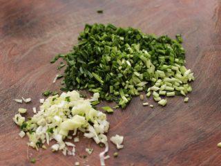 小白菜虾皮素包子,韭菜洗净后切成末,葱切碎。