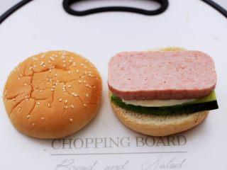 午餐肉黄瓜汉堡包,再铺上一层午餐肉。