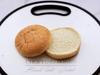 午餐肉黄瓜汉堡包,把汉堡包胚切成两半。