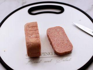 午餐肉黄瓜汉堡包,午餐肉去外壳,拿出来切片,我切的厚哈,这样吃着过瘾。