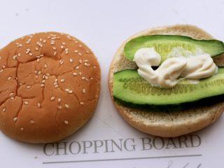 午餐肉黄瓜汉堡包,再挤上5克沙拉酱。
