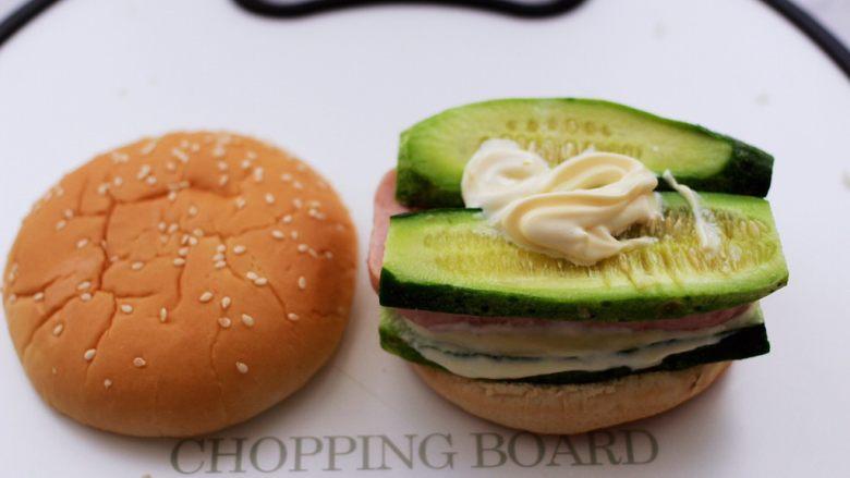 午餐肉黄瓜汉堡包,最后挤上剩下的5克沙拉酱抹匀。