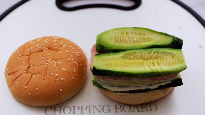 午餐肉黄瓜汉堡包,再铺上一层黄瓜片。