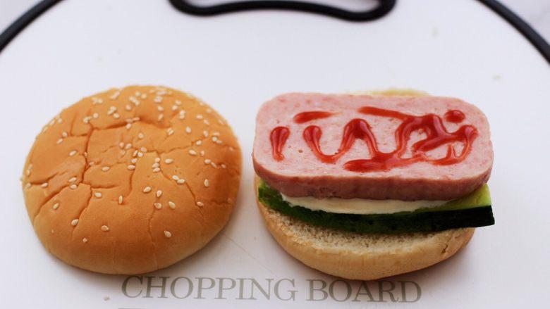 午餐肉黄瓜汉堡包,在午餐肉上面挤上番茄酱。