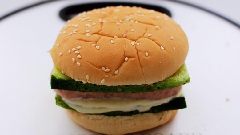 午餐肉黄瓜汉堡包,上面盖上汉堡包胚即可。