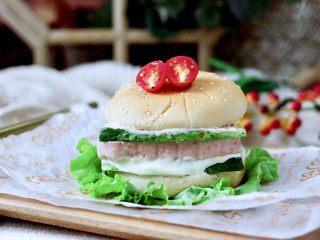 午餐肉黄瓜汉堡包,味道太赞了。