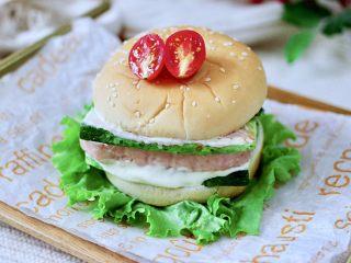 午餐肉黄瓜汉堡包,快手又营养丰富的午餐肉黄瓜汉堡包就做好了。
