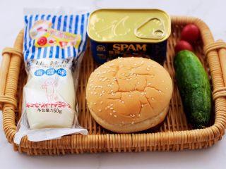 午餐肉黄瓜汉堡包,先备好所有的食材。