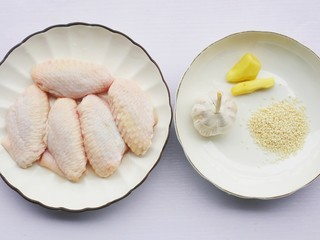 蒜香鸡翅,准备好所有食材。