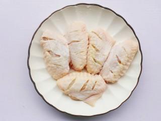 蒜香鸡翅,鸡翅清洗干净,两面各划三刀,