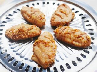 蒜香鸡翅,烤盘刷一层油,放入鸡翅。