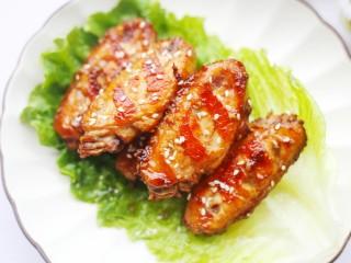蒜香鸡翅,两面金黄即可出锅。撒上白芝麻。