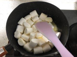 网红~~~蔓越莓雪花酥,倒入棉花糖,翻炒。