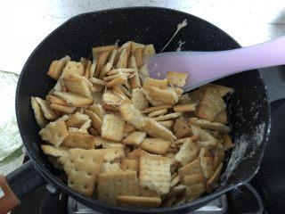 网红~~~蔓越莓雪花酥,倒入饼干,快速搅拌。