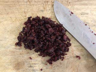网红~~~蔓越莓雪花酥,蔓越莓干切碎。