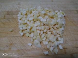 美味苹果派,先切片再切条再切粒。
