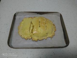 美味苹果派,取出均匀涂上蛋黄液。
