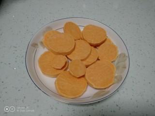 红薯葡萄干、蜜枣发糕,红薯去皮切片。