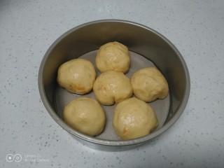 红薯葡萄干、蜜枣发糕,收紧口放入模具中。