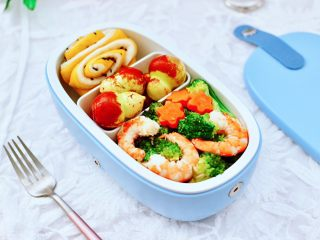 虾仁清炒西兰花便当,便当盒里面,放入葫芦冬枣和红薯双色花卷,再放入炒好的虾仁西兰花,美美的便当就做好了。
