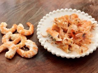 虾仁清炒西兰花便当,把海虾剥皮备用。
