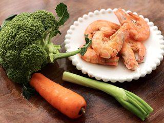 虾仁清炒西兰花便当,把煮熟的海虾捞出沥干水分,准备好其它的食材。