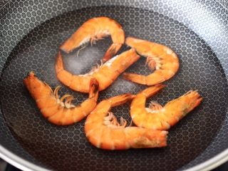 虾仁清炒西兰花便当,锅中倒入适量的清水煮沸后,加入少许盐,把洗净的海虾放入适量煮至变色断生。