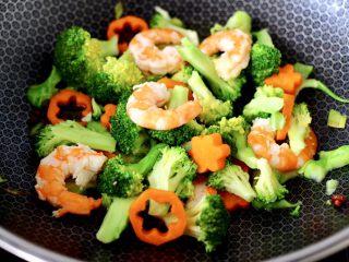 虾仁清炒西兰花便当,看见锅中汤汁收干时,即可关火。