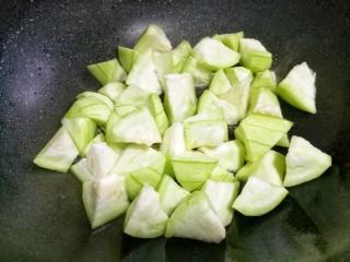 丝瓜毛豆虾米汤,加丝瓜翻炒。