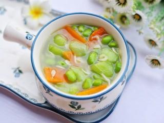 丝瓜毛豆虾米汤,盛入碗中。