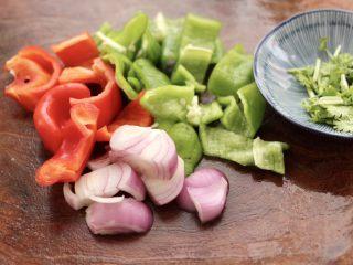 荷塘月色小炒,青椒和红椒用刀切片,洋葱切片,香菜切段。