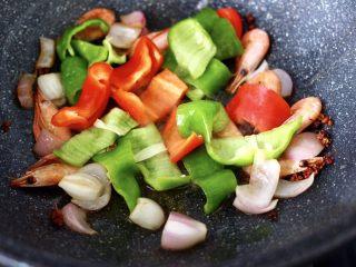 荷塘月色小炒,再放入青椒和红椒,大火快速翻炒均匀。