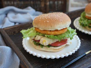 鸡肉玉米香肠汉堡,在另外一片汉堡胚子上抹上沙拉酱,把汉堡胚子放在最上边,汉堡就做好了。食材的摆放顺序可随意调整。