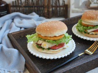 鸡肉玉米香肠汉堡,成品图。