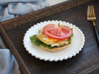 鸡肉玉米香肠汉堡,放上鸡蛋盒番茄。