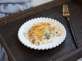 鸡肉玉米香肠汉堡,鸡蛋煎熟,撒少许现磨海盐哥现磨黑胡椒碎。