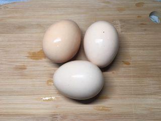 西红柿鸡蛋盖浇饭,鸡蛋清洗干净