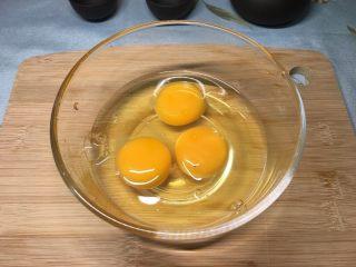 西红柿鸡蛋盖浇饭,打入碗里