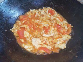 西红柿鸡蛋盖浇饭,先加入鸡蛋搅拌,后加入盐、五香粉翻炒均匀