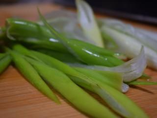泰式风味口蘑钳鱼,【食材处理6】大葱斜切成段儿