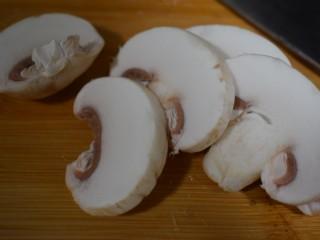 泰式风味口蘑钳鱼,【食材处理2】口蘑洗净切片儿