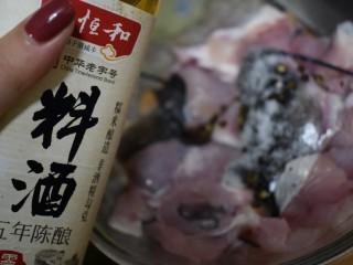 泰式风味口蘑钳鱼,【食材处理1-2】导入少许料酒去鱼腥