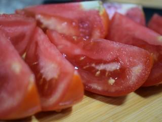泰式风味口蘑钳鱼,【食材处理3】番茄米字刀一分为八