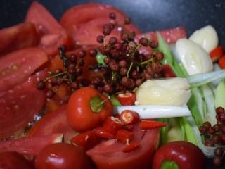 泰式风味口蘑钳鱼,【菜品制作3】将佐料盘中,除香菜碎以外的全部倒入锅内,翻炒翻炒