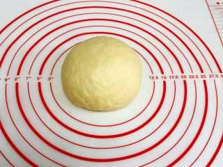 红枣司康,用手揉成光滑的面团。