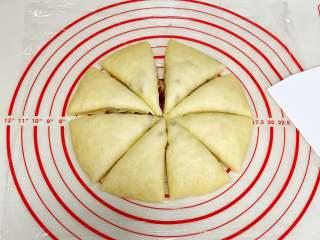 红枣司康,发酵好后按扁,切成8等份。