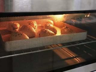 红枣司康,入预热好的烤箱中,上下火170度,约烤16分钟。
