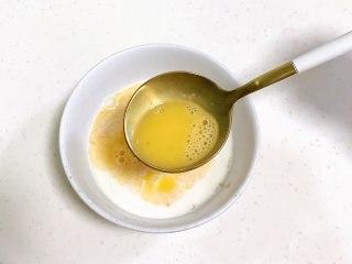 红枣司康,接着加入全蛋液和糖粉拌匀。